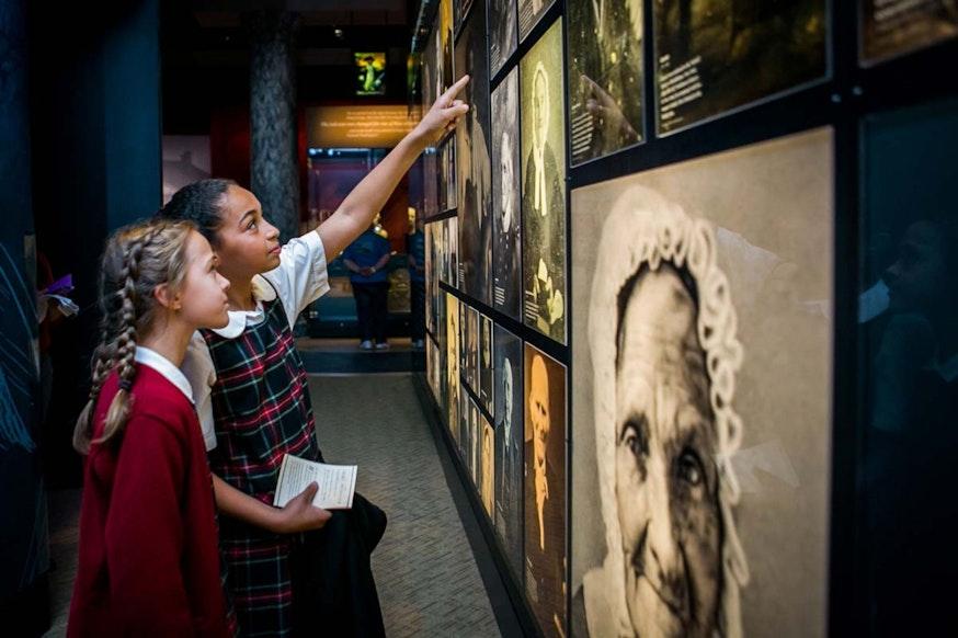 Image 102620 Veterans Wall Press Students Explore Galleries 0